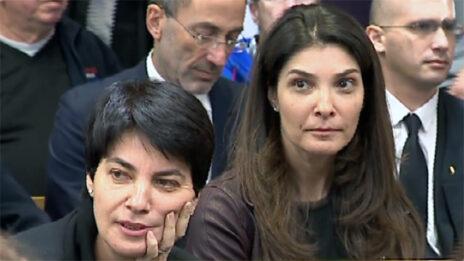 רונית פישמן (מימין) וענת מניפז, בנותיו של אליעזר פישמן (צילום מסך)