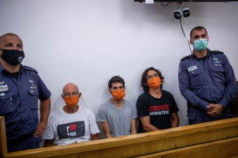 מימין: סדי בן-שטרית, גיל המרשלג ואמיר השכל, בדיון על הארכת מעצרם בבית-משפט השלום בירושלים. 27.6.2020 (צילום: יונתן זינדל)