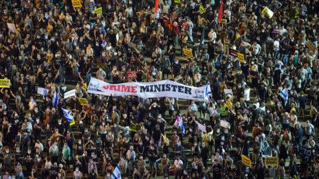 """שלט """"crime minister"""" בהפגנת העצמאים נגד ממשלת נתניהו, 117.20, כיכר רבין בתל-אביב (צילום: מרים אלסטר)"""