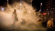 שוטרים מתעמתים עם מפגינים בסיום הפגנה נגד נתניהו בירושלים, 14.7.20 (צילום: יונתן זינדל)