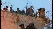 צילום מחדשות 2: ניר דבורי מדווח על חיילים שצורחים מפגיעת חומצה, כפר דרום, 8.8.2005