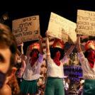שלטים נגד הכיבוש בהפגנה נגד נתניהו, 25.7.20 (צילום: אוליבייה פיטוסי)
