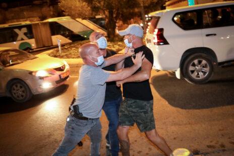מפגיני ימין מתעמתים עם שוטרים בירושלים, 30.7.20 (צילום: אוליביה פיטוסי)