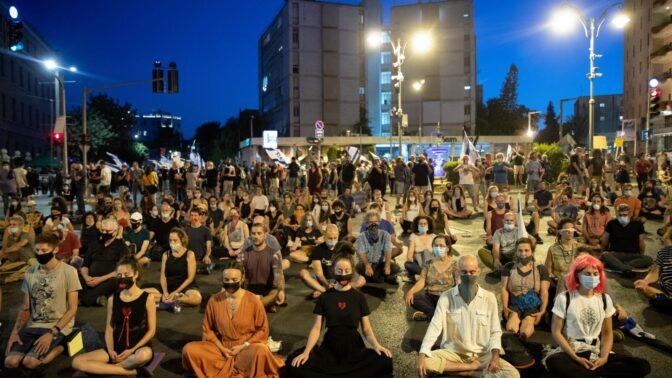 מפגינים נגד בנימין נתניהו מול מעון ראש הממשלה בירושלים, 30.7.2020 (צילום: יונתן זינדל)