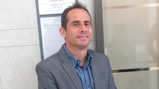 """אבנר הופשטיין היום בבית-הדין לעבודה, בתום הדיון האחרון בתביעה שהגיש נגד גלי-צה""""ל (צילום: איתמר ב""""ז)"""