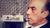 """יוסף (ג'ו) בראל (צילום: משה מילנר, לע""""מ, 2004). ברקע: """"בניין היהלומים"""", בית רשות השידור בשכונת רוממה בירושלים (צילום: פלאש90)"""