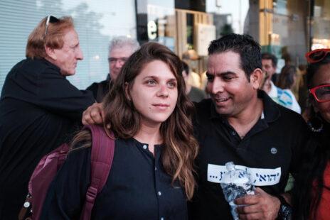 """מני נפתלי ודפני ליף במחאה מול ביתו של היועמ""""ש מנדלבליט בפתח-תקווה, 5.8.17 (צילום: תומר נויברג)"""