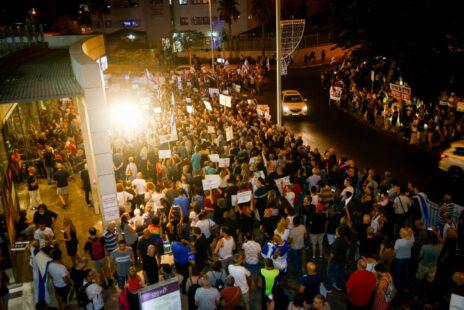 """מחאה נגד השחיתות בקרבת מקום לביתו של היועמ""""ש מנדלבליט בפתח-תקווה, 17.8.19 (צילום: רועי אלימה)"""