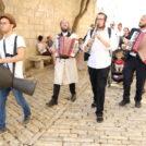 יהודים דתיים מנגנים מוזיקה כלייזמרית בירושלים, 2019 (צילום: שרה קלאט)