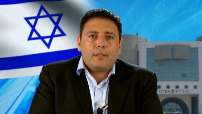 איש העסקים צחי אבו בתשדיר תעמולת בחירות, מתוך קמפיין שבו התמודד בבחירות למועצת עיריית אשדוד ב-2013 (צילום מסך)