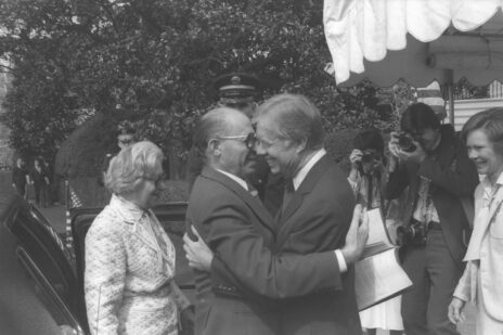 """נשיא ארה""""ב ג'ימי קרטר מחבק את רה""""מ מנחם בגין עם הגיעו לבית הלבן. וושינגטון, 15.4.1980 (צילום: משה מילנר, לע""""מ)"""