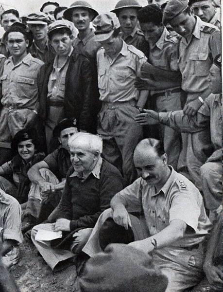 """בן-גוריון והרמטכ""""ל יגאל ידין בפגישה עם חיילים (צילום: לע""""מ)"""
