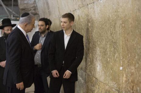 ראש הממשלה בנימין נתניהו עם בנו יאיר, למחרת ניצחון הליכוד בבחירות 2015 (צילום: יונתן זינדל)