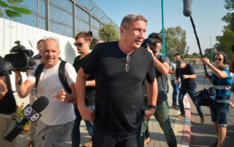 נוחי דנקנר מגיע לשערי בית-הכלא מעשיהו כדי לרצות את עונש המאסר שנגזר עליו. 2.10.2018 (צילום: פלאש 90)