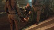 """איתי יטוב מסייע לשוטרת מג""""ב שמעדה ונפצעה (צילום: יונתן יטוב)"""