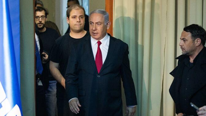 ראש הממשלה בנימין נתניהו ויועציו הקרובים עופר גולן (מימין), טופז לוק (במרכז) ויונתן אוריך (מאחור). ירושלים, מרץ 2019 (צילום: יונתן זינדל)