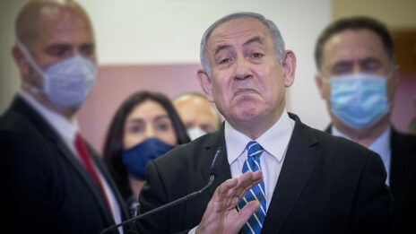 ראש הממשלה, בנימין נתניהו, נושא דברים לפני פתיחת משפטו כשמאחוריו חברי-כנסת ושרים מהליכוד. בית-המשפט המחוזי בירושלים, 24.5.2020 (צילום: יונתן זינדל)