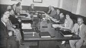 """שרי הממשלה הראשונה בראשות דוד בן-גוריון בישיבתם השבועית, 1950 (צילום: לע""""מ)"""