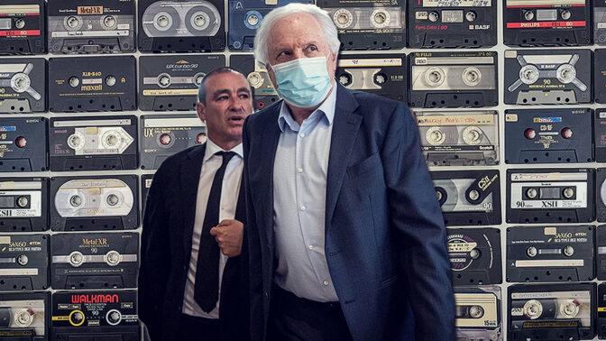 """שאול אלוביץ', לשעבר בעל השליטה ב""""בזק"""" ו""""וואלה"""" ונאשם בשוחד במשפט """"תיק 4000"""" (מימין) ועורך-דינו ז'ק חן (צילום מקורי: יונתן זינדל)"""