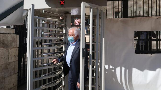 שאול אלוביץ' יוצא מבית-המשפט המחוזי, 24.5.2020 (צילום: אורן פרסיקו)