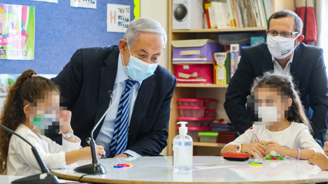 """ראש ממשלת ישראל, בנימין נתניהו, משוחח עם תלמידות לרגל פתיחת שנת הלימודים (צילום מקורי: מארק ישראל סלם; עיבוד: """"העין השביעית"""")"""