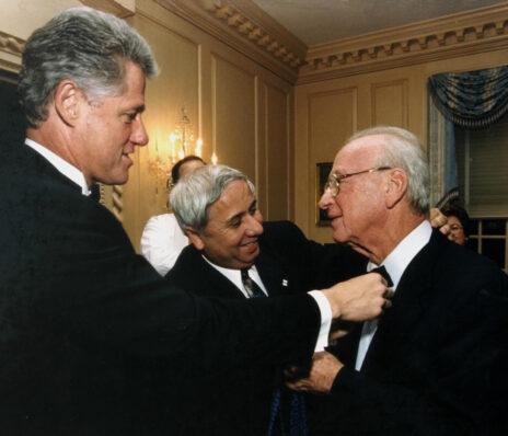 """איתן הבר ונשיא ארצות-הברית ביל קלינטון מסייעים לראש הממשלה יצחק רבין לענוב עניבת פרפר. וושינגטון, 24.10.1995 (צילום: אבי אוחיון, לע""""מ)"""