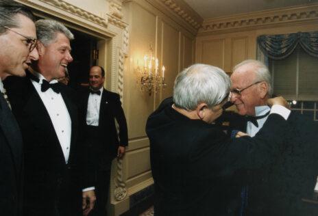 איתן הבר מסייע לראש הממשלה יצחק רבין לענוב עניבה בבית הלבן, לצד הנשיא ביל קלינטון. 24.10.1995 (צילום: הבית הלבן)
