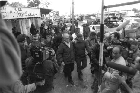 """איתן הבר מלווה את שר הביטחון יצחק רבין בביקור בחאן-יונס, 1988 (צילום: נתי הרניק, לע""""מ)"""