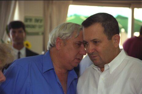"""איתן הבר לוחש באוזנו של אהוד ברק, ראש הממשלה, בשנת 1999 (צילום: יעקב סער, לע""""מ)"""