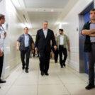 ראש הממשלה בנימין נתניהו ומאבטחיו במהלך ביקור בבית-החולים הדסה עין-כרם בירושלים. 4.8.2015 (צילום: יונתן זינדל)