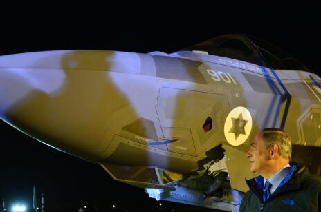 """ראש ממשלת ישראל, בנימין נתניהו, מביט על מטוס F-35 ישראלי. נבטים, 12.12.2016 (צילום: קובי גדעון, לע""""מ)"""