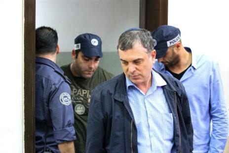 שלמה פילבר מובל לדיון בהארכת מעצרו, לפני שהפך לעד מדינה במשפט נתניהו. בית-משפט השלום בתל-אביב, 18.2.2018 (צילום: פלאש 90)