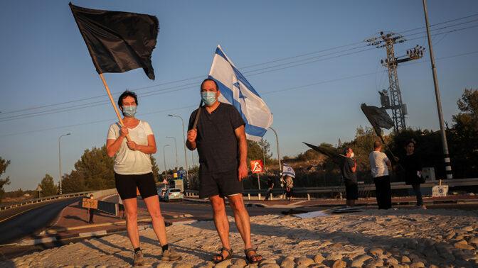 מפגינים נגד ראש הממשלה בנימין נתניהו. צור-הדסה, 3.10.2020 (צילום: נתי שוחט)