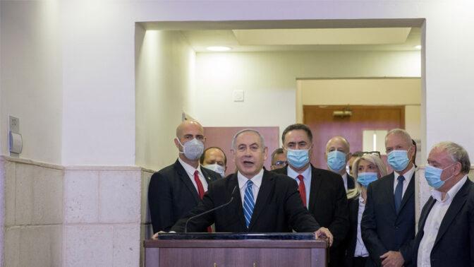 אסנת מארק ניצבת לצידו של ראש הממשלה נתניהו בזמן שהוא מנאץ את מערכת המשפט, בתוך בית המשפט המחוזי בירושלים רגע לפני פתיחת משפטו הפלילי, 24.5 (צילום: יונתן זינדל)