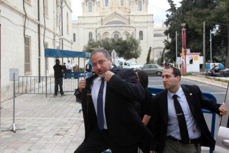 אביגדור ליברמן בעת פתיחת משפטו באשמת מרמה והפרת אמונים, שהסתיים בזיכוי (צילום: יוסי זמיר)