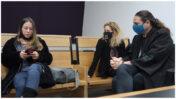 """מימין: עו""""ד יהונתן קלינגר, מו""""לית """"המקום הכי חם בגיהנום"""" עינת פישביין והעיתונאית שרון שפורר; בית-המשפט המחוזי בת""""א-יפו, 30.11.2020 (צילום: אורן פרסיקו)"""