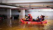 כבאים שטים בסירה בחניון מוצף בנס-ציונה, 21.11.20 (צילום: יוסי אלוני)
