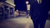 אדם עם חליפה (אילוסטרציה: רשיון CC0)