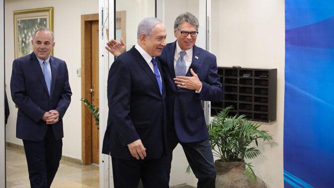 מימין: שר האנרגיה האמריקאי ריק פרי, ראש הממשלה בנימין נתניהו ושר האנרגיה יובל שטייניץ (צילום: מארק ישראל סלם)