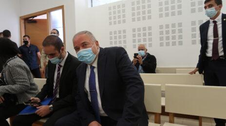 אביגדור ליברמן, בית-משפט השלום בפתח-תקווה, 24.11.20 (צילום: אורן פרסיקו)
