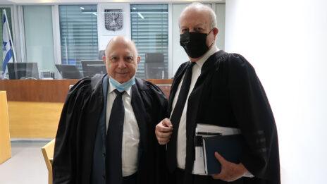 """עורכי-הדין אמנון לורך (מימין) ופיני רובין. בית-המשפט המחוזי בתל-אביב, 22.12.2020 (צילום: איתמר ב""""ז)"""