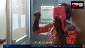 """פעילי גירוש צועקים לגננת שחורה """"תחזרי לאפריקה"""", מתוך כתבה של כאן 11 על התפרצות של שפי פז ושותפיה לגן ילדים בתל-אביב (צילום מסך)"""