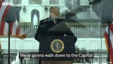 טראמפ קורא לתומכיו לעלות לגבעת הקפיטול בעצרת בוושינגטון, שלשום (צילום מסך מתוך שידורי ה-BBC)