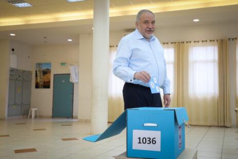 אביגדור ליברמן מצביע בבחירות הכלליות לכנסת, 2.3.20 (צילום: גרשון אלינסון)