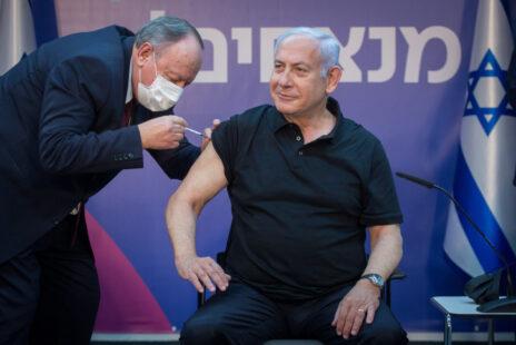 בנימין נתניהו מקבל חיסון קורונה, 9.1.21 (צילום: מרים אלסטר)