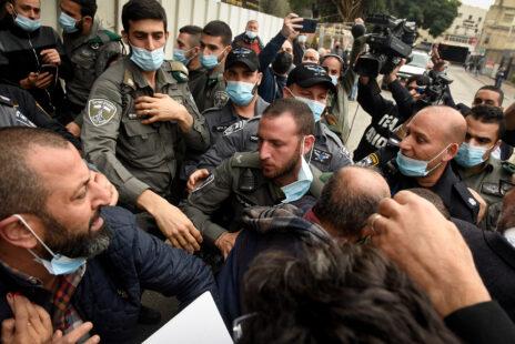 שוטרים מתעמתים עם מפגינים בנצרת, בשולי ביקורו של בנימין נתניהו בעיר. 13.1.2020 (צילום: רוני עופר)