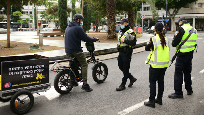 שוטרים אוכפים את תקנות סגר הקורונה בתל-אביב, 15.1.2021 (צילום: תומר נויברג)