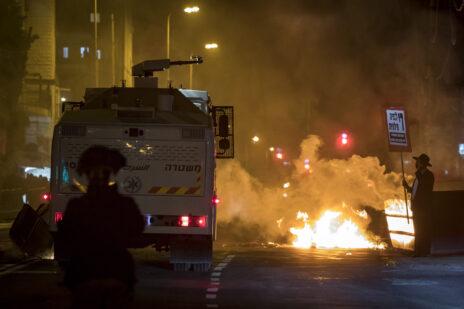 """מפגין חרדי מול מכת""""זית משטרתית בתוואי הרכבת הקלה בירושלים. 25.1.2021 (צילום: אוליבייה פיטוסי)"""