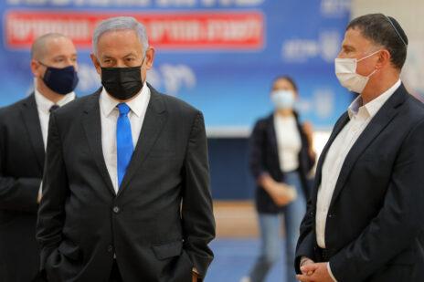 ראש הממשלה בנימין נתניהו ושר הבריאות יולי אדלשטיין בביקור בשדרות, 27.1.2021 (צילום: לירון מולדובן)