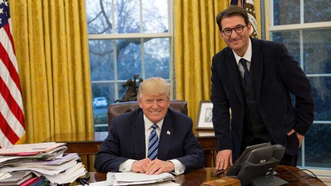 בועז ביסמוט ודונלד טראמפ בחדר הסגלגל, פברואר 2017 (צילום: הבית הלבן)